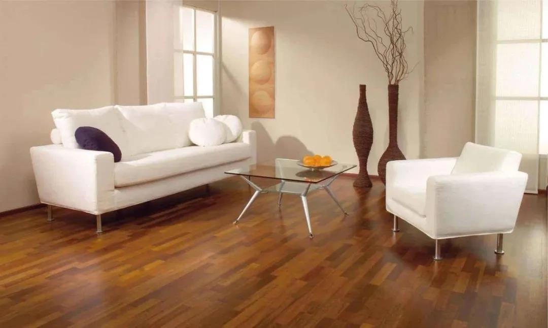 木地板+大白墙,简单干净不失品味!